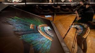 """Le """"penacho"""", coiffure de cérémonie dont la légende veut qu'elle ait été portée par l'empereur aztèque Moctezuma, exposée au Musée d'ethnologie à Vienne. Photo du 15 octobre 2020"""