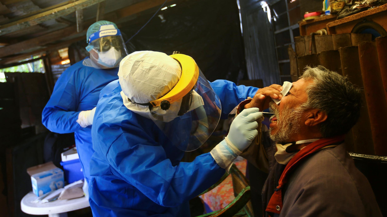 Un trabajador de la salud hace una prueba de coronavirus en Xochimilco, una de las zonas altamente contagiadas, a las afueras de la Ciudad de México, México, 13 de agosto de 2020.