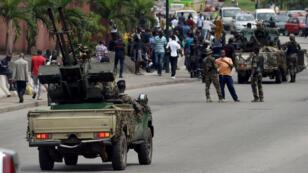 Des militaires bloquant la rue principale du quartier du Plateau, à Abidjan.