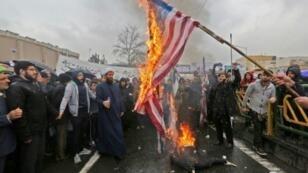 حرق العلم الأمريكي خلال مراسم إحياء الذكرى الأربعين للثورة الإسلامية في طهران في 11 شباط/فبراير 2019