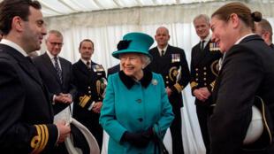 La reina Isabel de Inglaterra durante su visita la fragata HMS Sutherland en el West India Dock, Londres, el pasado 23 de octubre.