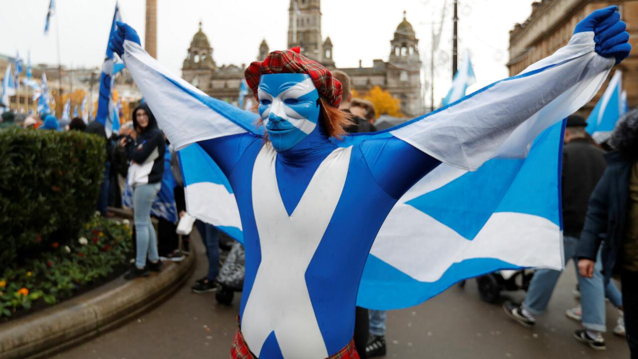 Un manifestante sostiene una bandera durante una manifestación por la independencia pro-escocesa en Glasgow, Escocia, el 2 de noviembre de 2019.