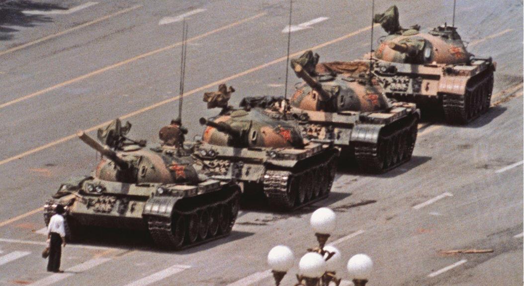 """Archivo-imagen del denominado """"hombre del tanque"""", cuya identidad aún se desconoce, pero que recibió reconocimiento internacional, tras lograr detener por unos minutos a una fila de tanques, durante las protestas de Tiananmen, el 4 de junio de 1989."""