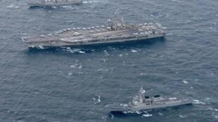 """حاملة الطائرات الأمريكية رونالد ريغن والمدمرة """"ستيثيم"""" إلى جانب سفن حربية كورية جنوبية."""