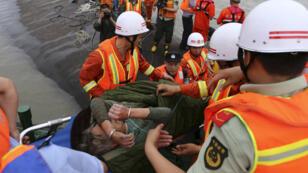 Une équipe de secouristes transporte une femme rescapée du naufrage, le 2 juin 2015.