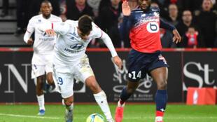 Jonathan Bamba (D), mediocampista francés del Lille, durante un partido por la liga francesa de fútbol entre su equipo y el Lyon, en el estadio Pierre-Mauroy en Villeneuve-d'Ascq, cerca de Lille, norte de Francia, el 8 de marzo de 2020