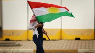Una manifestante porta una bandera kurda durante una protesta en Erbil, la capital del Kurdistán iraquí, el 30 de octubre de 2017.