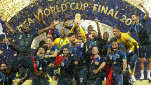 Hugo Lloris, junto a sus compañeros, celebran la segunda Copa Mundial de Francia.