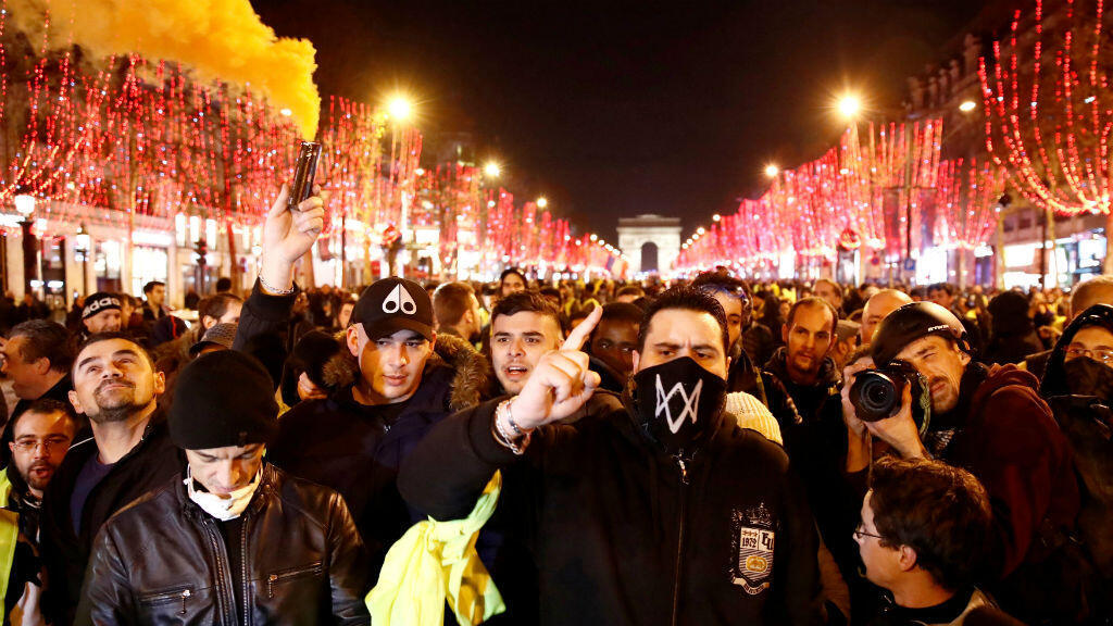 Manifestantes del llamado movimiento 'chalecos amarillos' en los Campos Elíseos, cerca del Arco de Triunfo en París,  Francia, el 22 de diciembre de 2018.