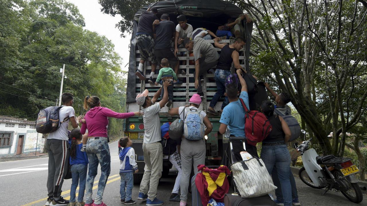 Migrantes venezolanos suben a un camión en Cúcuta, en el departamento de Norte de Santander, Colombia, el 10 de febrero de 2019.