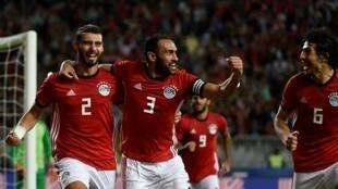 لاعبو منتخب مصر يحتفلون بعد التسجيل في مرمى تونس 16 تشرين الثاني/نوفمبر 2018