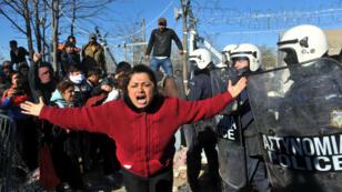 Une femme crie alors que des heurts ont lieu entre la police et des migrants à la frontière entre la Macédoine et la Grèce, près de Idomeni, le 3 décembre 2015.