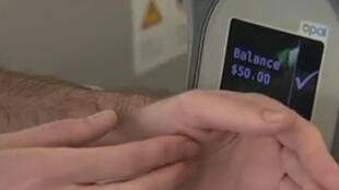 Un biohacker australien a implanté dans sa main un titre de transport.