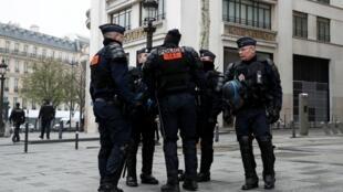 Des policiers sur les Champs-Élysées, le 23 mars 2019.