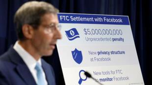 El presidente de la Comisión Federal de Comercio (FTC, por sus siglas en inglés), Joe Simons, anuncia que Facebook Inc. aceptó una resolución de las denuncias que violó la privacidad de los usuarios, durante una rueda de prensa en la sede de la FTC en Washington, EE. UU., El 24 de julio de 2019.