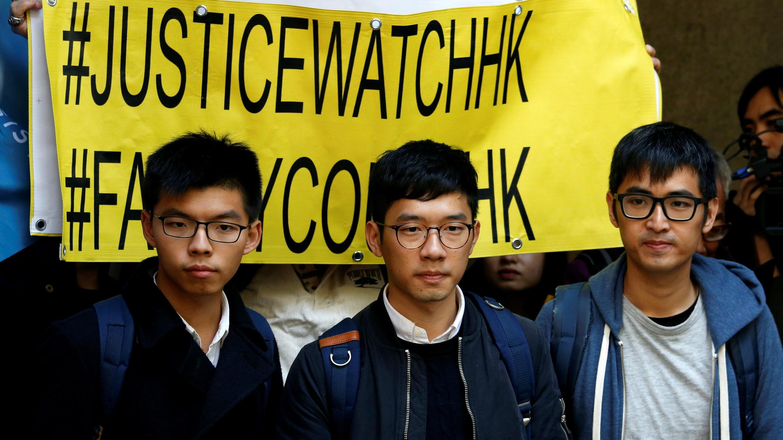 Joshua Wong, Nathan Law y Alex Chowa a la salida del Tribunal de Apelación en Hong Kong el 16 de enero 2018.