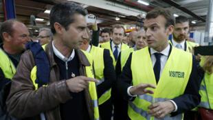 Le député LFI de la Somme François Ruffin et le président de la République Emmanuel Macron, mardi 3 octobre 2017, à l'usine Whirlpool d'Amiens.