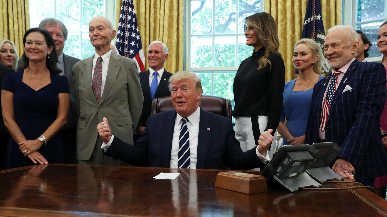 El presidente Donald Trump recibe a los miembros de la tripulación del Apolo 11, Michael Collins y Buzz Aldrin, en la Oficina Oval de la Casa Blanca en Washington D. C., EE. UU., el 19 de 2019.