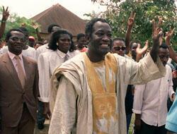 Laurent Gbagbo, suivi par son épouse Simone, lors de la campagne pour la présidentielle d'octobre 1990, la première élection organisée depuis l'instauration du multipartisme. (Crédit : AFP)