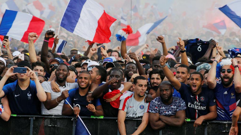 En las calles de París, cientos de franceses celebraron el triunfo de su equipo en la Copa del Mundo el 15 de julio de 2018.