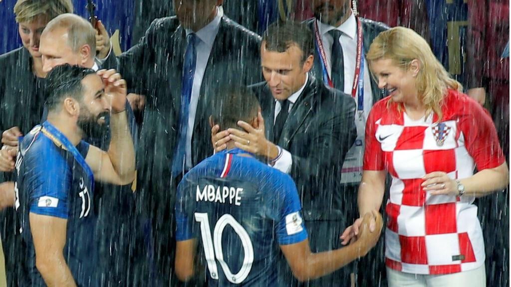 El presidente francés, Emmanuel Macron, mientras felicitaba a los miembros de la selección de su país tras ganar la Copa del Mundo el 15 de julio de 2018.
