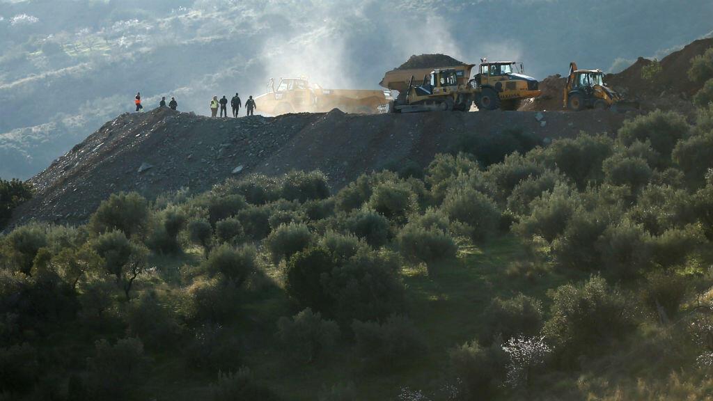 Rescatistas parados junto a excavadoras y camiones en el área montañosa donde Julen, un niño español de dos años, cayóa un pozo profundo,el pasado 13 de enero, en Totalán, España.