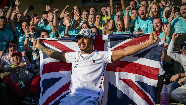 El piloto de Mercedes, Lewis Hamilton, celebró este 3 de noviembre haber ganado su sexto campeonato mundial, después del Gran Premio de Estados Unidos en el Circuito de las Américas de Austin (Texas).