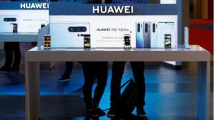 El logotipo de Huawei se muestra en el stand de la compañía durante el 'Electronics Show - International Trade Fair for Consumer Electronics' en la Ptak Warsaw Expo en Nadarzyn, Polonia, el 10 de mayo de 2019.