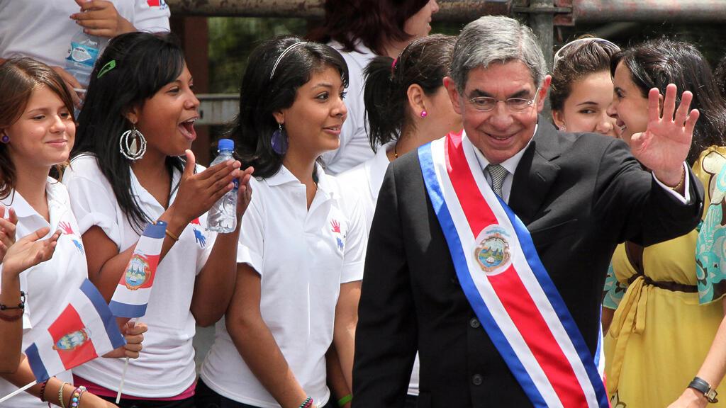 Archivo: El presidente saliente de Costa Rica, Óscar Arias, saluda a la multitud durante la ceremonia de inauguración en el Parque Metropolitano La Sabana en San José el 8 de mayo de 2010.