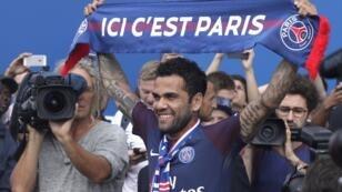 Le nouveau défenseur du PSG pose avec une écharpe du club, le 12 juillet 2017.