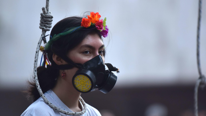 Manifestantes protestan contra la crisis climática, este viernes en Cali (Colombia). Millones de personas en todo el mundo están participando en protestas que exigen que se tomen medidas concretas sobre cuestiones climáticas.
