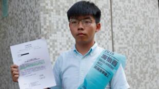 """Joshua Wong, militant pro-démocratie et figure du """"Mouvement des parapluies"""", lors du dépôt de sa candidature aux élections, le 4 octobre 2019 à Hong Kong."""