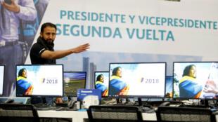 Un trabajador prepara un centro de votación para la segunda vuelta de las elecciones presidenciales en Bogotá, Colombia, el 15 de junio de 2018.