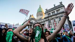 Archivo: Manifestantes participan en una protesta a favor del aborto el 28 de mayo de 2019, en Buenos Aires, Argentina.