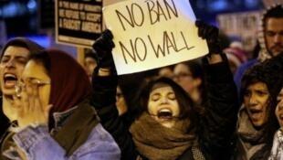 Des manifestants portestent contre le décret anti-immigration de l'administration américaine qui a bloqué des centaines de voyageurs dans les aéroports.