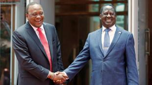 El presidente Uhuru Kenyatta y el líder opositor Raila Odinga se dan la mano tras lograr un acuerdo para poner fin a la crisis política que vive Kenia, el 9 de marzo de 2018.