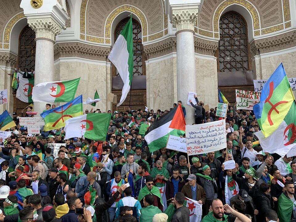 واجهة من مقر البريد المركزي في الجزائر العاصمة حيث يتجمع مئات المتظاهرين منذ بدء الحراك الجزائري