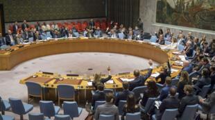 Fotografía cedida por la ONU del pleno del Consejo de Seguridad mientras vota una resolución que tenía como elemento central la renovación del régimen de sanciones a Yemen hoy en la sede del organismo en Nueva York ,EE. UU., 26 de febrero de 2018.