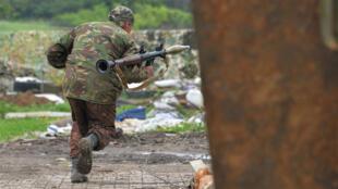 Un militaire ukrainien combattant les positions des séparatistes pro-russes à proximité de Donetsk en Ukraine, le 30 mai 2015.