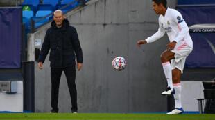 L'entraîneur français du Real Madrid, Zinédine Zidane, observe le défenseur français Raphaël Varane lors du match de groupes de la Ligue des champions face au Shakhtar Donetsk, à Valdebebas, le 21 octobre 2020