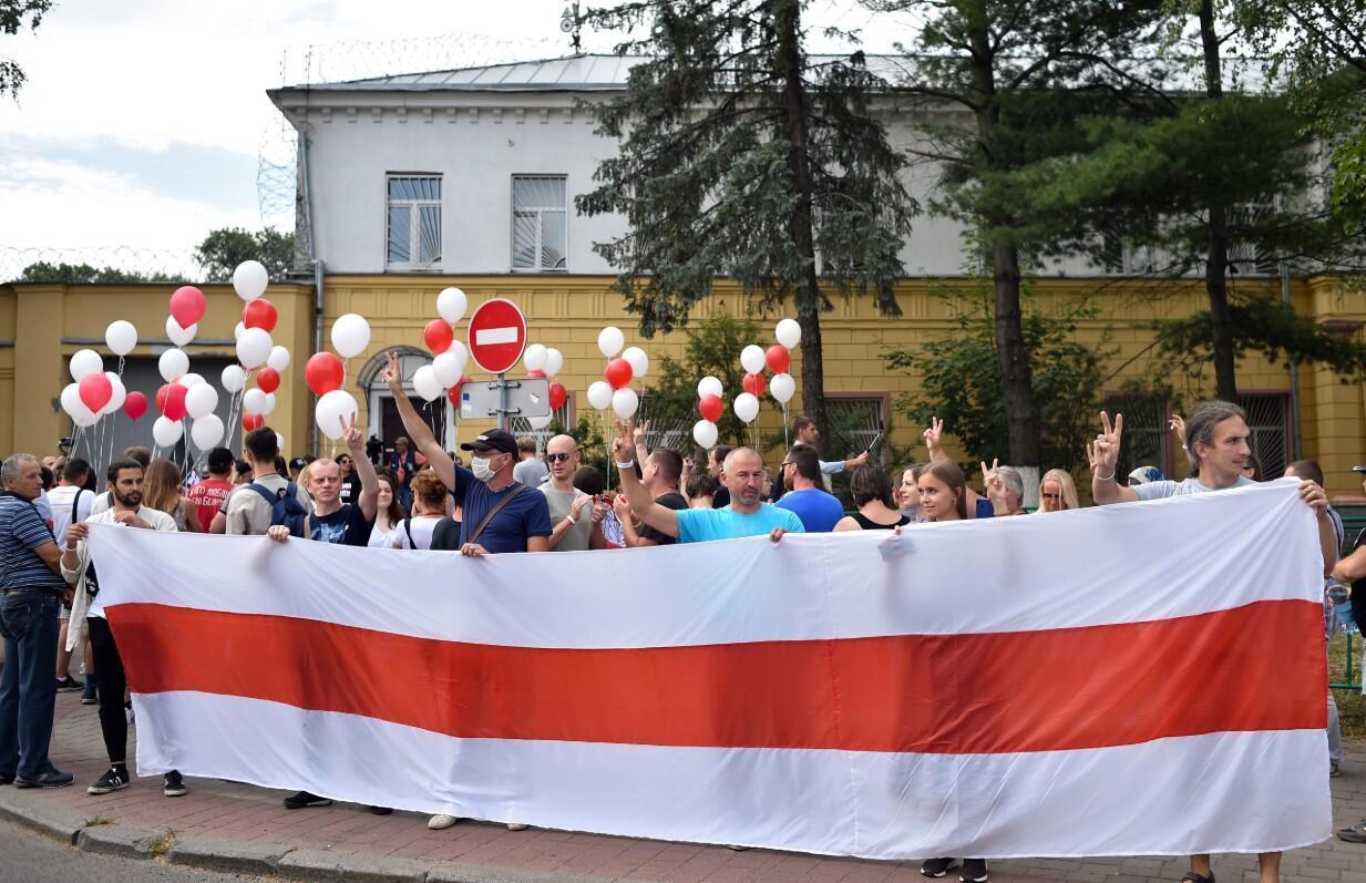 Partidarios de la oposición en Bielorrusia se reúnen frente a un centro de detención preventiva donde se encuentra detenido Sergei Tikhanovsky, en Minsk, el 18 de agosto de 2020.