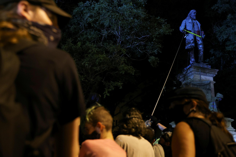 Manifestantes derribaron una estatua de Albert Pike durante un evento para conmemorar el 19 de junio, que conmemora el fin de la esclavitud. Washington, EE. UU., el 19 de junio de 2020.