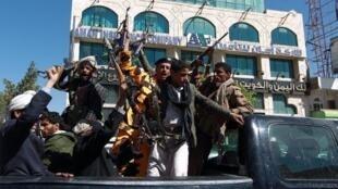 مقاتلون حوثيون خلال تنقلهم في العاصمة صنعاء في 11 شباط/فبراير 2015