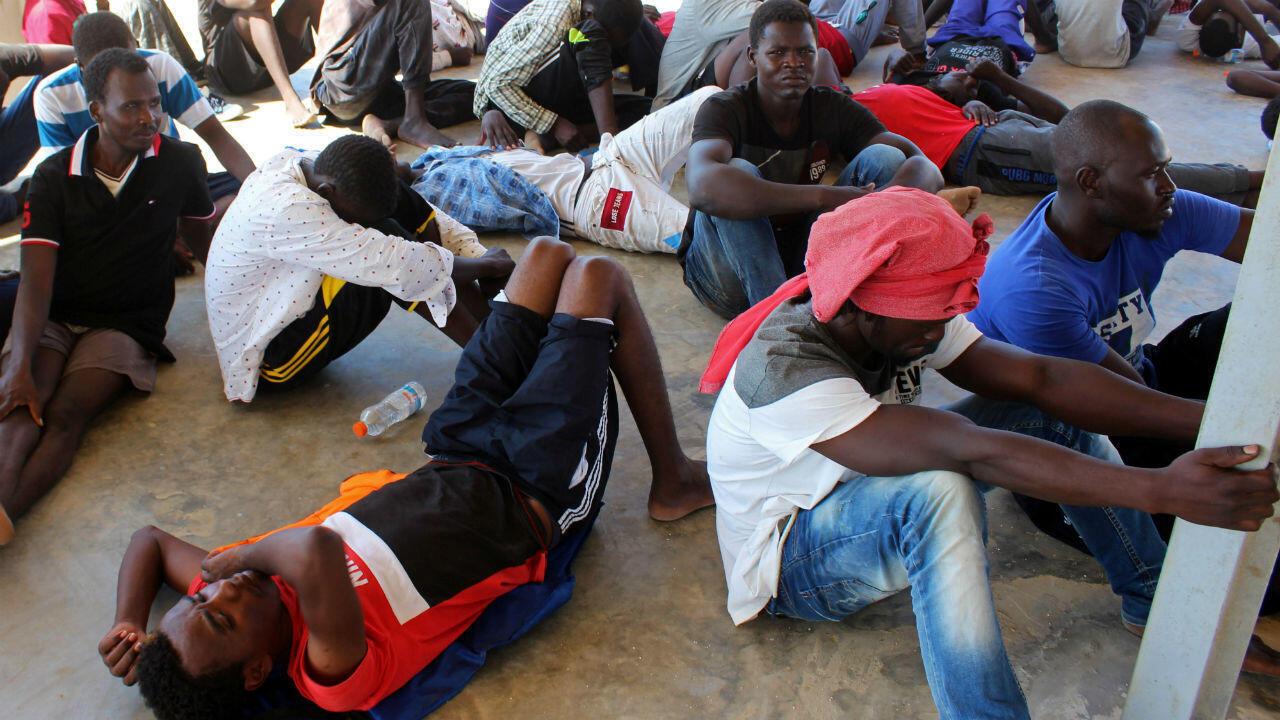 Los migrantes son vistos después de ser rescatados por la guardia costera libia en Khoms, Libia, el 27 de agosto de 2019.