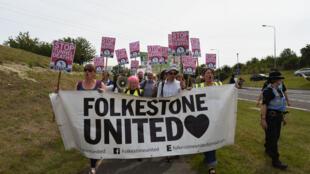 Une manifestation de soutien aux migrants, à Folkestone, samedi 1er août 2015.