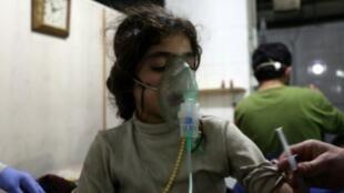فتاة سورية تخضع للعلاج في عيادة في الغوطة الشرقية في السابع من آذار/مارس 2018، بعد إصابتها بحالة اختناق اثر غارات للنظام السوري
