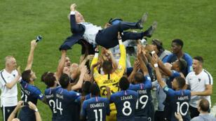 Los jugadores de Francia celebran junto con su entrenador Didier Deschamps la conquista de su segundo Mundial. 15/7/18