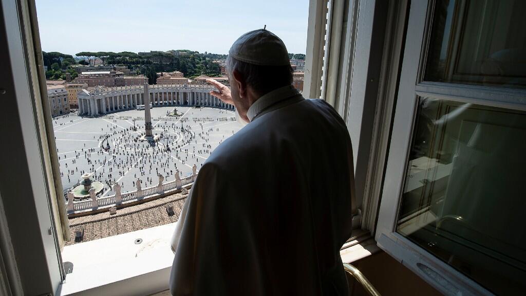 Es la primera vez que se reúnen fieles en la plaza de San Pedro para la bendición papal desde hace casi tres meses. 24 de mayo de 2020.
