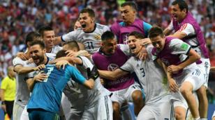 Les Russes célèbrent leur qualification avec le public du stade Loujniki.