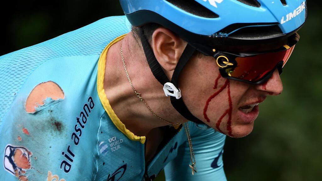 A menos de 20 km de la meta en la primera etapa de la edición 106 del Tour de Francia, el danés Jakob Fuglsang sufrió una caída que lo alejó por unos minutos del pelotón. Sus compañeros del Astana lo ayudaron a volver al grupo. Bruselas, Bélgica, julio 6 de 2019.